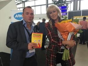 Schrijver Patrick Petersen met het boek engaging content en zangeres Marga Bult