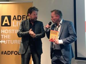 Henk Jan Smits overhandigd Engaging Content Patrick Petersen